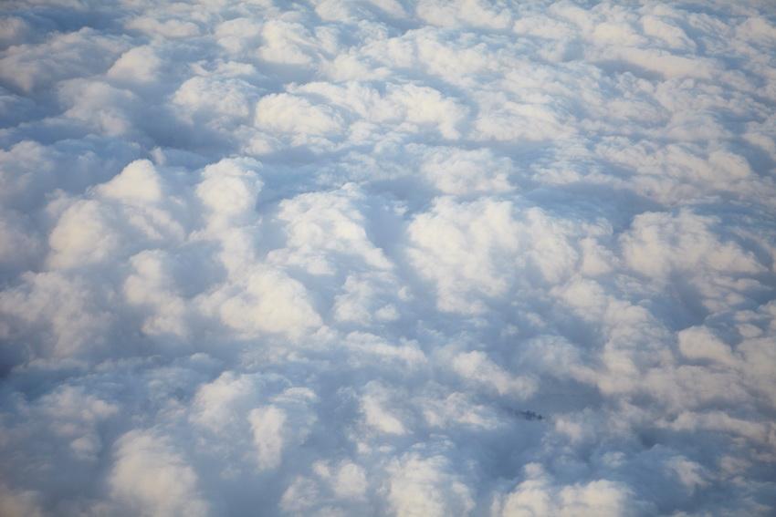 Вид с самолета на облака
